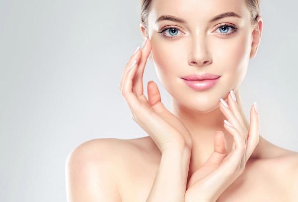 Frau die ihr Gesicht berührt - klassische Kosmetikbehandlungen beim Kosmetikstudio Balance & Beauty in Ottobrunn